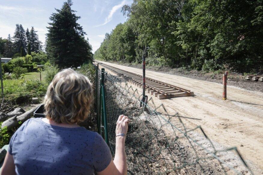 Zwei Gleise lässt der Verkehrsverbund Mittelsachsen auf der Bahntrasse direkt am Grundstück von Jutta Albrecht bauen. Bisher fuhren die Züge dort eingleisig.