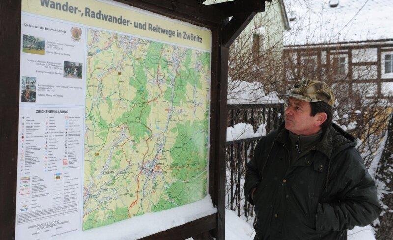"""<p class=""""artikelinhalt"""">Zwönitz verfügt über ein mehr als 100 Kilometer langes Wanderwegenetz. Bernd Sonntag aus Zwönitz informiert sich über mögliche Routen.</p>"""
