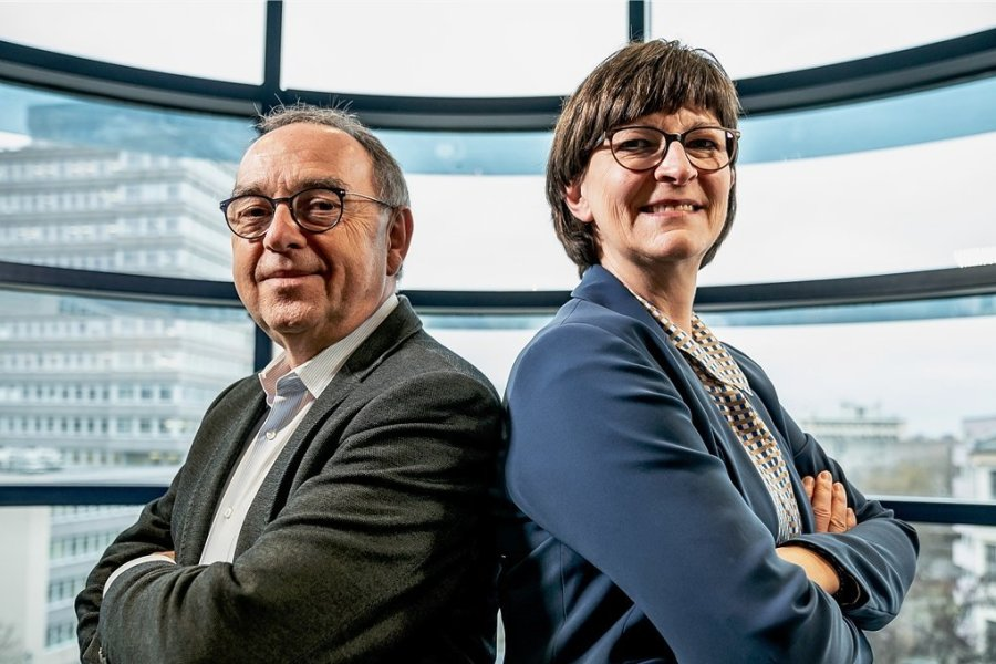 """""""Nikolaus ist Groko aus"""", dachten viele vor einem Jahr. Doch mit Saskia Esken und Norbert Walter-Borjans an der SPD-Spitze sind die Sozialdemokraten immer noch im Regierungsgeschäft."""