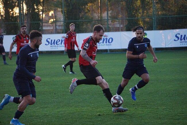Pascal Itter (Mitte), im Spiel gegen Adana Demirspor.