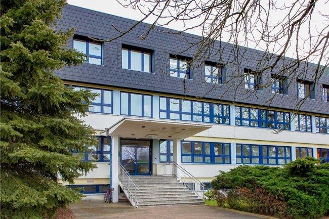 Das Regenbogengymnasium in Augustusburg bleibt bis zum 30. Junigeschlossen, nachdem dort bisher insgesamt zwölf Schüler und eine Lehrerin positiv auf das Coronavirus getestet worden sind.