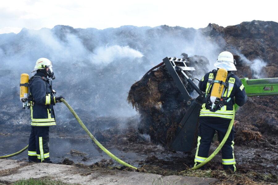 Bagger und Misthaufen brennen nahe Hormersdorf