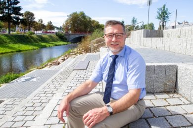 """Plauens scheidender Baubürgermeister Levente Sárközy (parteilos) ist nicht unzufrieden mit seiner Bilanz. Die Elsterterrassen für """"Leben am Fluss"""" sind ein Lieblingsprojekt des an der Donau Geborenen."""