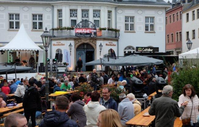 Nach anfänglichem Regen füllten sich die Biergarnituren am Schwarzenberger Markt beim Weinfest.