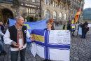 Witalij Martschenko (l.) und Olga Dreyer vom Verein AG Ukraine-Chemnitz-Europa e.V. gehören mit einer ukrainischen Marineflagge zu den Demonstranten auf dem Neumarkt.