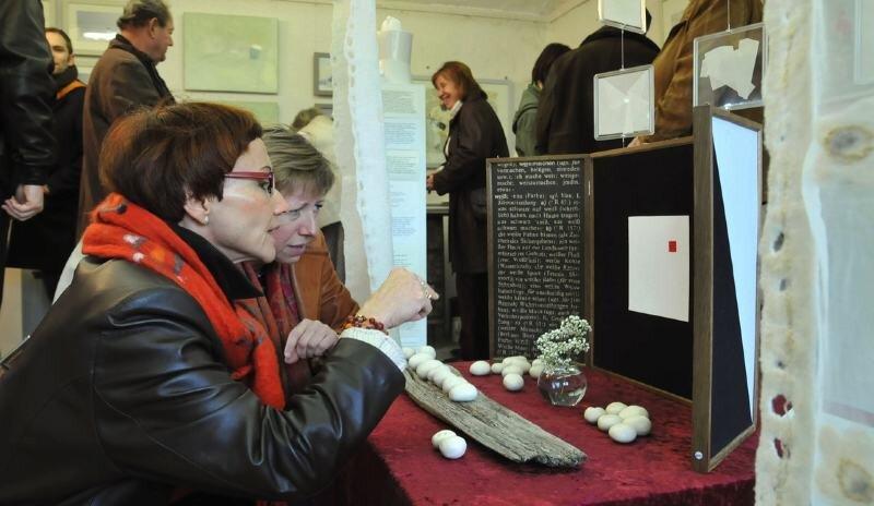 """<p class=""""artikelinhalt"""">Die Farbe Weiß steht im Mittelpunkt der neuen Ausstellung im Frauensteiner Hofefeld. Annemarie Kurenz (vorn l.) und Meike Schindler interessierten sich für den Altar von Dirk Storm.</p>"""
