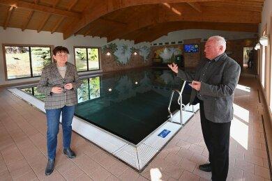 Bürgermeisterin Kerstin Nicolaus (CDU) und Hotelier Frieder Flechsig imöffentlich zugänglichen Becken in Hartmannsdorf.