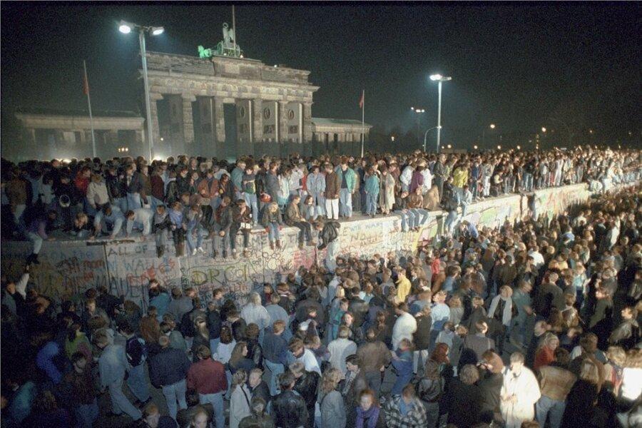 Der Umstand, dass die Berliner Mauer am Brandenburger Tor so breit war, dass darauf bequem Menschen in mehreren Reihen stehen konnten, machte erst die spektakulären Bilder am Tag der Maueröffnung möglich.