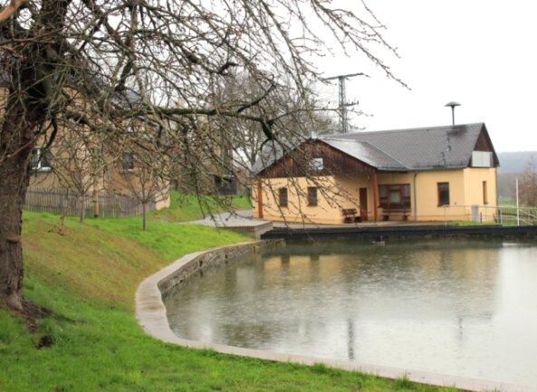 """Ihr Bürgerhaus haben die Scholaser """"Haus am See"""" getauft - nach dem Dorfteich, den sie schon länger liebevoll """"See"""" nennen."""