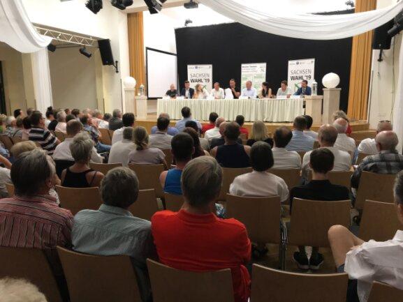 Etwa 140 Gäste sind am Montagabend zum Wahlforum mit den Direktkandidaten zur Landtagswahl im Wahlkreis 22 ins Bürgerhaus Rochlitz gekommen.