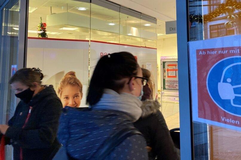 """""""Ab hier nur mit Mundschutz"""": Wie an den Kolonnaden im Stadtzentrum dominiert überall in den Einkaufszentren von Plauen das Thema Corona. Seit Dienstag gelten für die Shoppingcenter neue Regelungen - doch an deren Wirksamkeit gibt es Zweifel."""