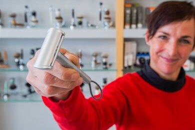 Dana Härtel, Mitarbeiterin im Werksverkauf bei Mühle mit dem Unisex-Rasierhobel Companion. Das neuartige Design des Hobelkopfes spannt die Rasierklinge so ein, dass man sich kaum versehentlich schneiden kann. Der Griff besitzt eine Struktur, die an Fingerabdrücke erinnert.