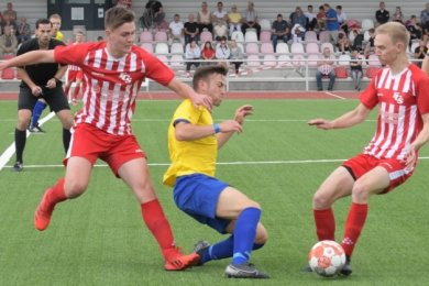 Aller Einsatz vergebens: Der FC Stollberg mit Bruno Albert (l.) und Marwin Meusel (r.) unterliegt dem Reichenbacher FC mit 1:4.