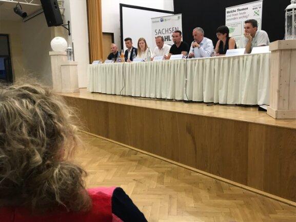 """Die Runde moderierten Jana Klameth, stellvertretende Chefredakteurin der """"Freien Presse"""" (2.v.r.) und Franziska Pester (3.v.l.), die die Lokalausgabe Rochlitz leitet."""