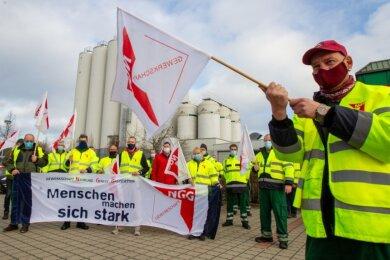 Beschäftigte der Sternquell-Brauerei beim Warnstreik am Freitag: Mit Gewerkschaftsfahnen und Mundschutz fordern sie ein besseres Angebot der Unternehmensleitung für einen neuen Haustarifvertrag.