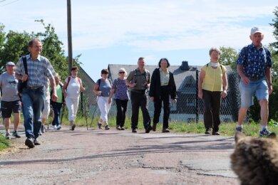 """Mit 39 Wanderfreunden haben sich die Oelsnitzer Gästeführer auf eine Halbtagestour unter dem Motto """"Wandern durch Wiesen und Wälder"""" begeben. Der ursprünglich geplante Ausflug nach Augustusburg soll im nächsten Jahr nachgeholt werden."""