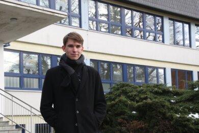 Konrad Weiß aus Hennersdorf vor dem Regenbogengymnasium in Augustusburg. Der angehende Abiturient hat ein ganz besonderes Computerspiel entwickelt.