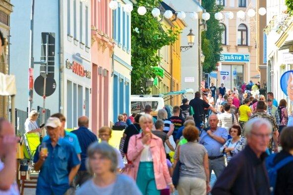 Glückliche Besucher: Ein Straßenfest wie vor Corona