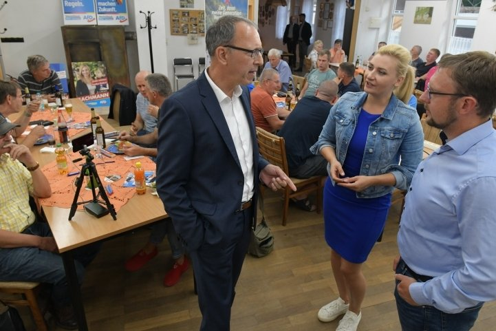 Stellten im Vereinshaus Reichenbach das AfD-Wahlprogramm vor: Landeschef Jörg Urban, Direktkandidatin Carolin Bachmann und Landtagsabgeordneter Rolf Weigand (vorn v. l.).