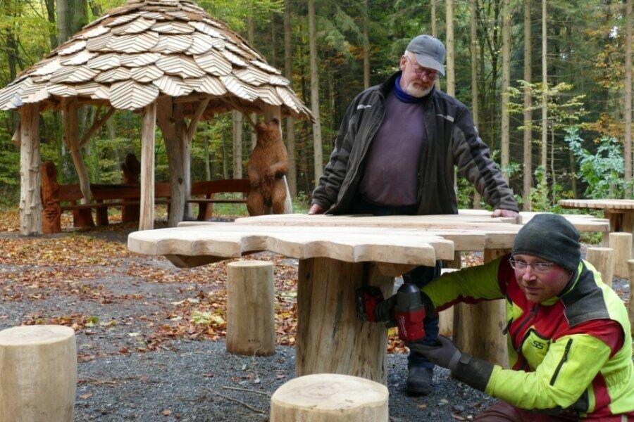 """Zuletzt hatten Peter Duus (hinten) und Tino Schubert alle Hände voll zu tun. Seit Kurzem ist der Rastplatz am """"Tischl"""" nun mit acht Figuren, vier Tischen und einer überdachten Sitzgruppe komplett neu hergerichtet."""