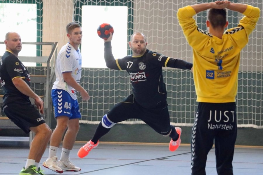 Gegen Verbandsligist HSG Neudorf/Döbeln zeigten Daniel Naumann (beim Wurf) und sein Teamkameraden vom SV Sachsen 90 Werdau am Samstag im Sachsenpokalwettbewerb ein engagiertes Spiel.