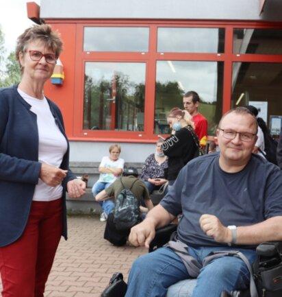 Bundestagsabgeordnete Sabine Zimmermann (Die Linke) im Gespräch mit Werkstattmitarbeiter Gerald Stöcker.