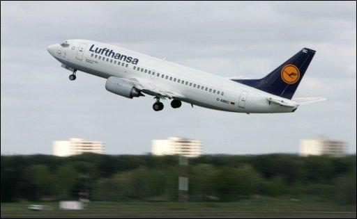 Nach Problemen mit dem Kabinendruck sind fünf Passagiere einer Lufthansa-Maschine nach der Landung auf dem Flughafen Leipzig-Halle ärztlich betreut worden.