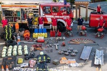Das Löschfahrzeug und weitere Ausrüstungsgegenstände, die an die Partnerwehr der Milkauer in Rumänien übergeben wurden, fotografiert vor der Reise.