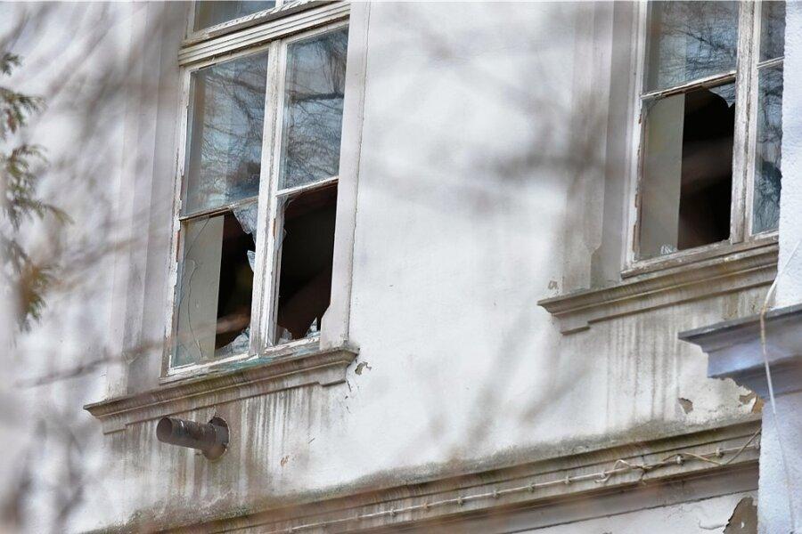 In der ehemaligen Gaststätte Schützenhaus Freiberg, heute vom Bistro am Schützenhaus genutzt, wurde eingebrochen. Die Täter zerschlugen ein Dutzend Fensterscheiben.