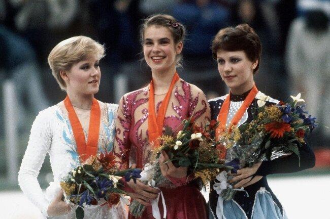 Katarina Witt (M.) gewann vor der Amerikanerin Rosalynn Sumners (r.) und Kira Iwanowa (UdSSR).
