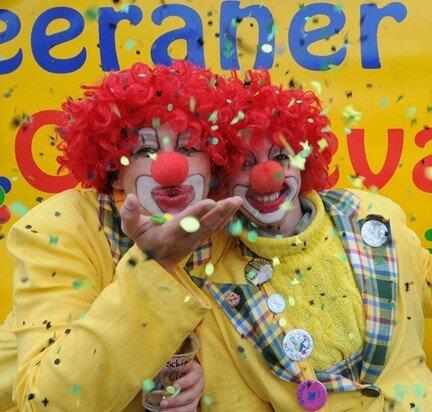 """Die Clowns """"Ursel"""" und """"Traudel"""" gestalteten gemeinsam mit mehr als 30 Vereinen und Initiativen den Umzug durch die Stadt."""
