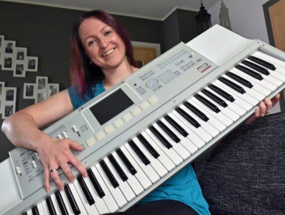 Luise Egermann ist leidenschaftliche Musikerin. Sie singt, spielt Piano und Kontrabass. Die 35-Jährige lebt ihr Hobby in verschiedenen Bands und Stilrichtungen aus. In der erzgebirgischen Mundartszene ist die Beierfelderin ein Begriff für solide Tonkunst.
