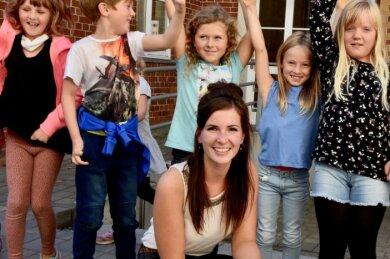 Die Kinder der Thomas-Müntzer-Grundschule jubeln: Die von ihnen geschätzte Sozialarbeiterin Jenny Kölling darf weiterhin in der Bildungsstätte arbeiten - vorerst aber nur bis zum Jahresende.