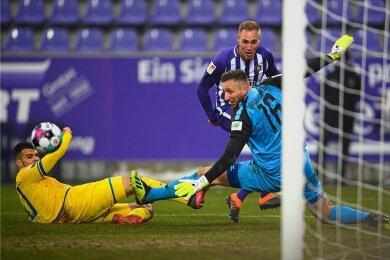 Florian Krüger erzielt das 2:1 für Aue, Robin Ziegele (links) und Torhüter Jasmin Fejzic können der Kugel nur hinterherschauen.
