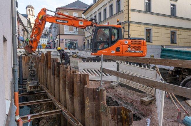 In der Plauenschen Straße klafft noch immer die Baugrube. Die Baustelle, die die Innenstadtzufahrt blockiert, ist erforderlich, um den Untergrund zu ertüchtigen und die Tragfähigkeit der Straße wieder herzustellen. Zuletzt hatten sich die Arbeiten verzögert, weil mehr Aufwand für das Entfernen der alten Dränage erforderlich war. Im Bild Mitarbeiter der Baufirma UTR aus Reichenbach bei Schachtarbeiten.