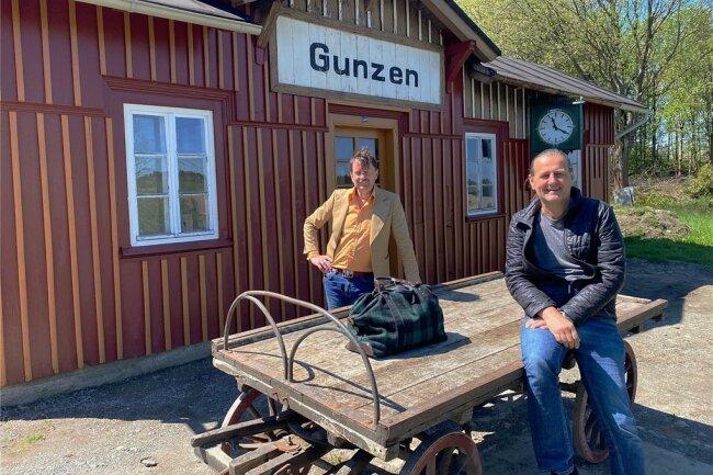Christoph Kopp (hinten), Eigentümer des Gunzener Stationsgebäudes und Vorsitzender des Vereins Obervogtländische Eisenbahnen, und sein Stellvertreter Ingo Penzel mit einem historischen Gepäckkarren, der ursprünglich für die Badische Staatseisenbahn gebaut worden war.