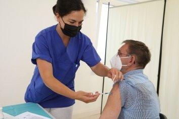 Dr. Lydia Dahin gibt Mihaly Jaszovice aus Niederlungwitz die zweite Impfung.