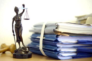 Ein 20-Jähriger, der Dienstagmittag in Zwickau eine Flasche Wasser aus einem Auto stahl, ist nur einen Tag später vom Amtsgericht Zwickau zu einer Geldstrafe von 100 Euro verurteilt worden.