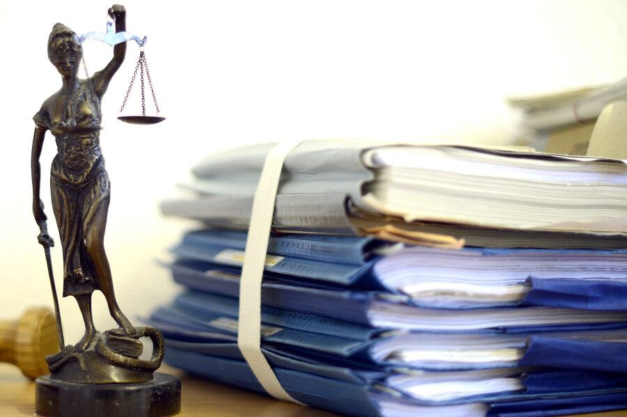 Eine Geldstrafe muss eine 36 Jahre alte Angeklagte zahlen, weil sie sich in Briefen unter anderem als Rechtsanwältin und Gerichtsvollzieherin ausgab.