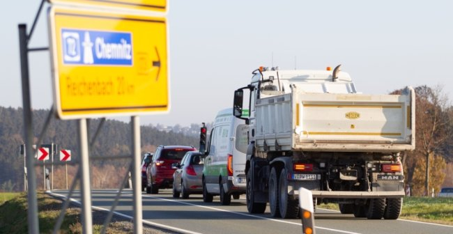 Die Ampel an der Baustelle auf der ehemaligen B 173 zwischen Neuensalz und Thoßfell zeigt Rot. Am Montag soll die Arbeiten enden.Foto: Ellen Liebner