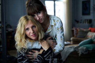 """Eng verbunden: Sandrine Kiberlain und Thaïs Alessandrin, Tochter der Regisseurin, als Mutter und Tochter in """"Ausgeflogen""""."""