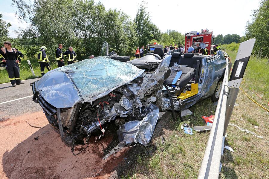 Die Feuerwehr musste den Autofahrer aus dem Wrack herausschneiden.