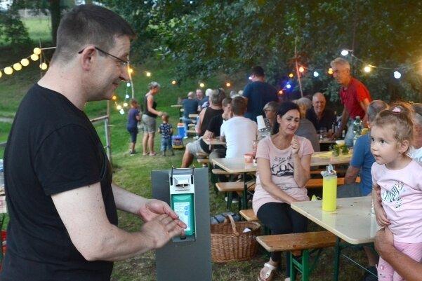 Beim Mühlhäuser Straßenfest in Eich durfte der Desinfektionsspender am Eingang nicht fehlen: Falk Läster (l.) und Danny Wirth (r.) mit Tochter Annabell.