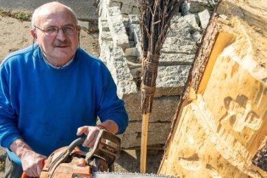 Hilmar Wehrmann aus Schönau hat einen zwei Meter hohen Schneemann aus Holz gebaut. Die Idee kam ihm, weil vor Weihnachten kein Schnee lag und er seinen Enkeln eine Freude machen wollte.
