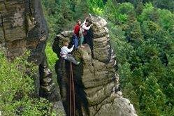 Kletterer an einem Felsen am Liliensteinmassiv.