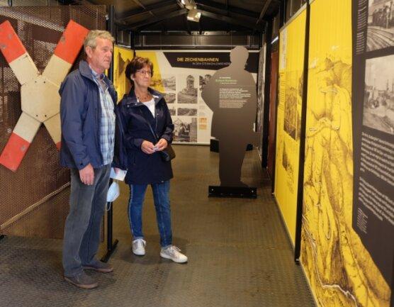Stefan und Ursula Seidel aus Zwönitz gehörten zu den ersten Besuchern der Sächsischen Landesausstellung am Schauplatz Bergbaumuseum. Sie betrachteten unter anderem die Schau im Güterwaggon.