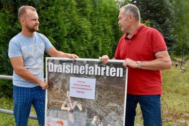 """Toni Naumann (links) und Matthias Melzer wollten am Sonntag eigentlich Draisinefahrten ab Wolkenburg anbieten, doch daraus wurde nach Intervention durch den Eigentümer nichts. """"Wir sind entsetzt"""", sagt Melzer."""