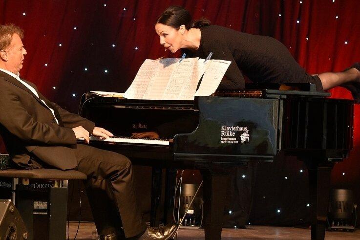 Katrin Weber in ihrem Element - so lieben sie ihre Fans. An ihrer Seite der Pianist Rainer Vothel.
