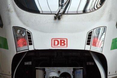 Das Logo der Bahn ist auf der Front eines ICE zu sehen.