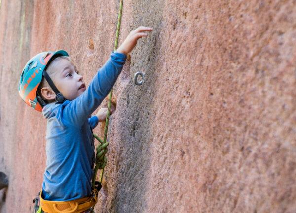 Klettern auf dem Rochlitzer Berg: Pepe (5) ist schon ein kleiner Profi im klettern.